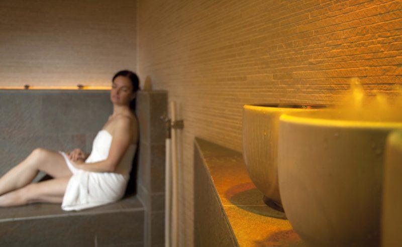Dame bei entspannter Atmosphäre in der Sauna