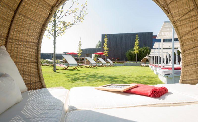 Blick aus einem bequemen Strandkorb auf der Sommerwiese der Fontane Therme