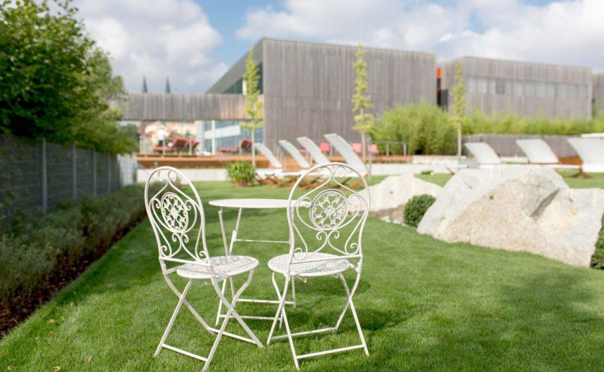 Sitzgruppe auf der großen Sommerwiese im Resort Mark Brandenburg