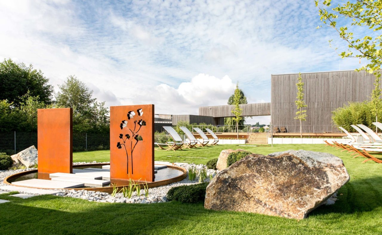 Sommerwiese der 'Fontane Therme' am Hotel in Neuruppin