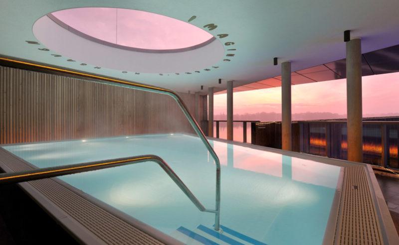 Ein beleuchteter Pool im Hotel Neuruppin