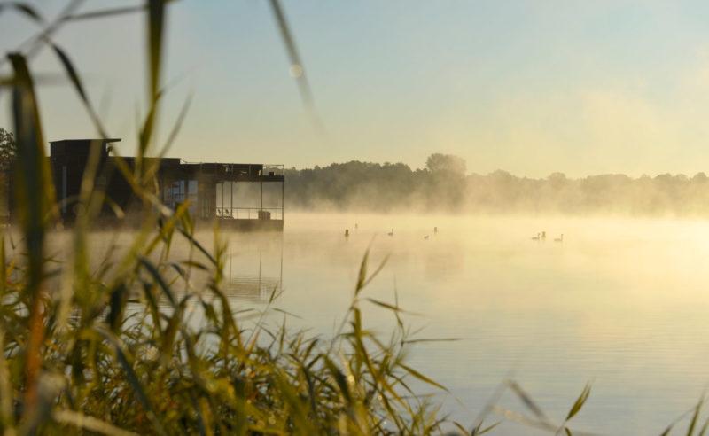 Außenansicht der schwimmenden Seesauna der 'Fontane Therme'