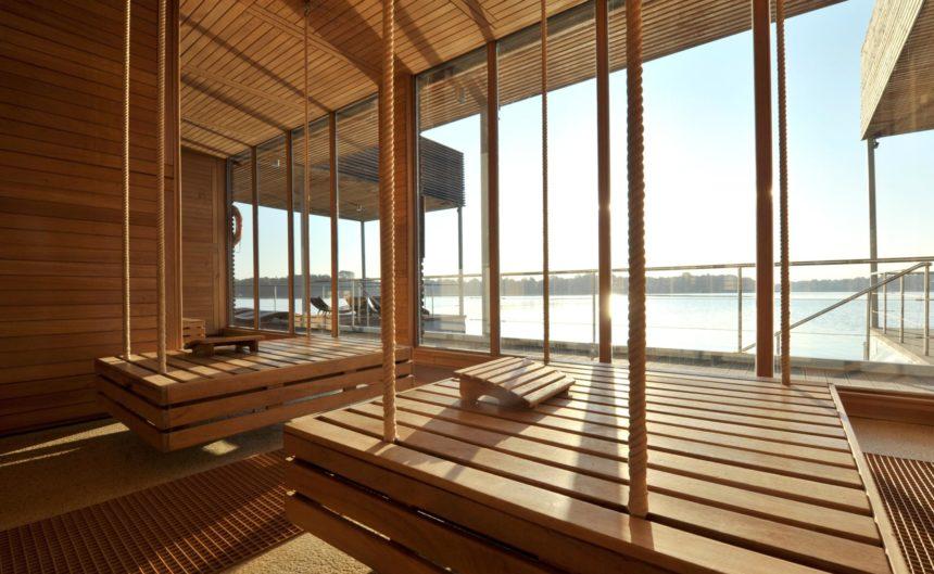Gemütliche Holzliegen in der See-Sauna mit Panorama Blick über den See