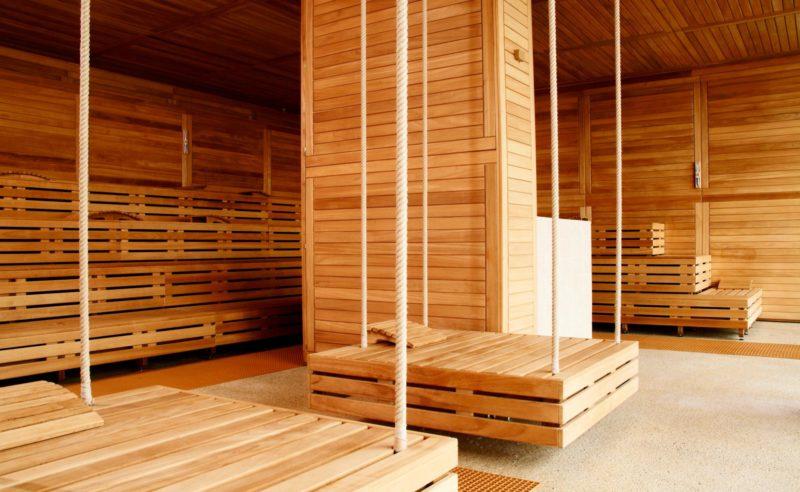 Hängende Holzliegen in der Sauna der Therme Brandenburg