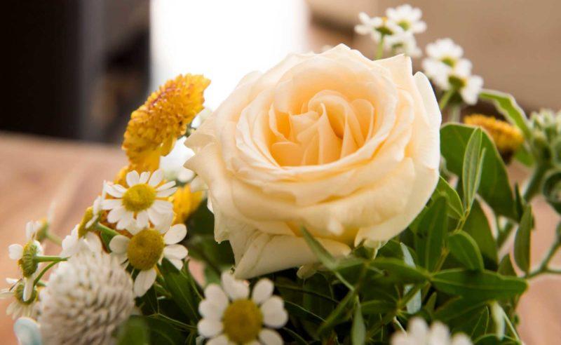 Detailaufnahme eines Blumenstraußes mit weißer Rose als Dekoration in der Grandsuite des Hotels