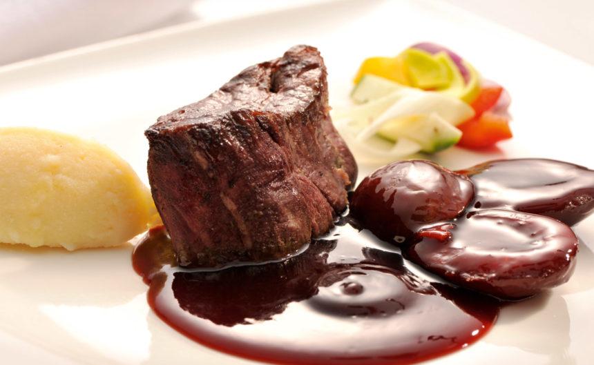 Nahaufnahme eines Fleischgerichts im Resort Mark Brandenburg