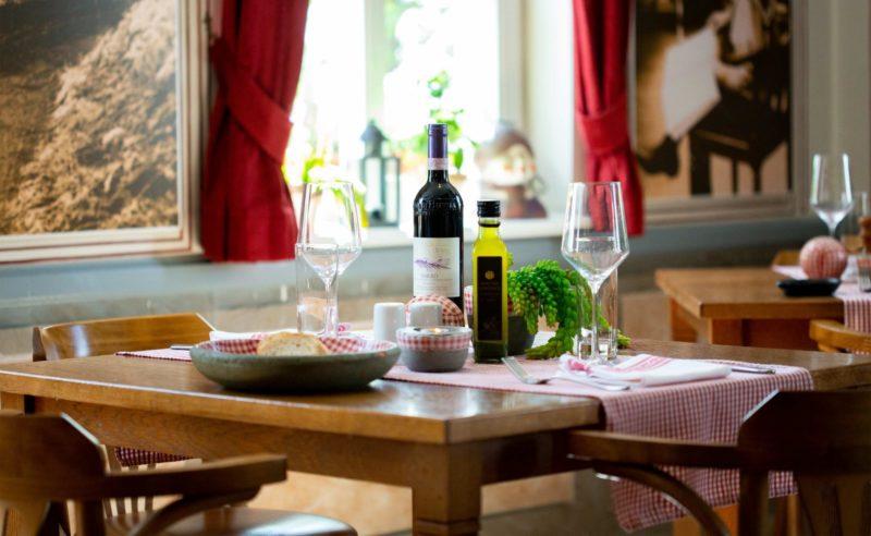 Gedeckter Tisch in der 'Seewirtschaft' einem Restaurant im Hotel in Neuruppin
