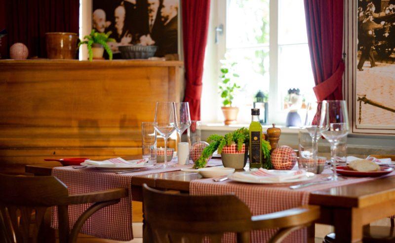 Gedeckter Tisch für vier Personen in der Seewirtschaft Neuruppin