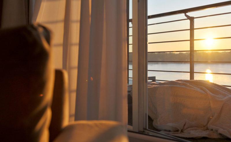 Blick aus dem Fenster des Hotel Neuruppin in die morgentlicher Sonne