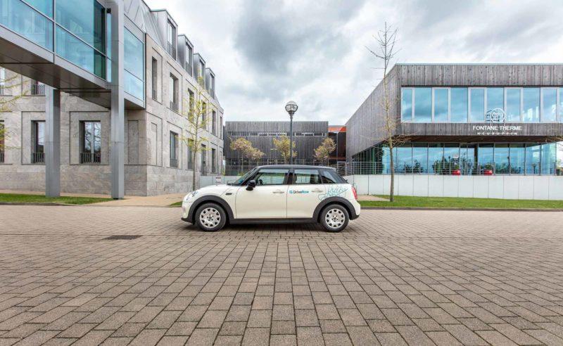 Drive Now Carsharing Auto vor der Fontane Therme Brandenburg