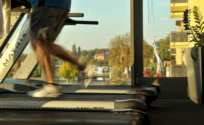 Ein Gast des Resorts Mark Brandenburg läuft auf einem Laufband