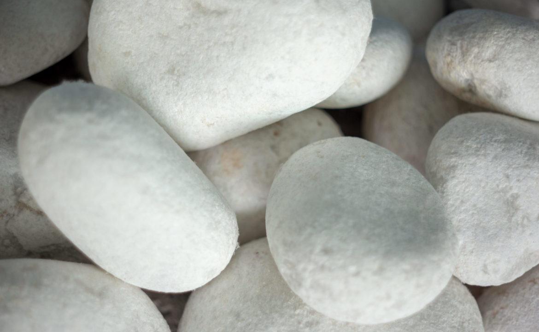 Steinhaufen mit weißen Steinen in der Therme Brandenburg