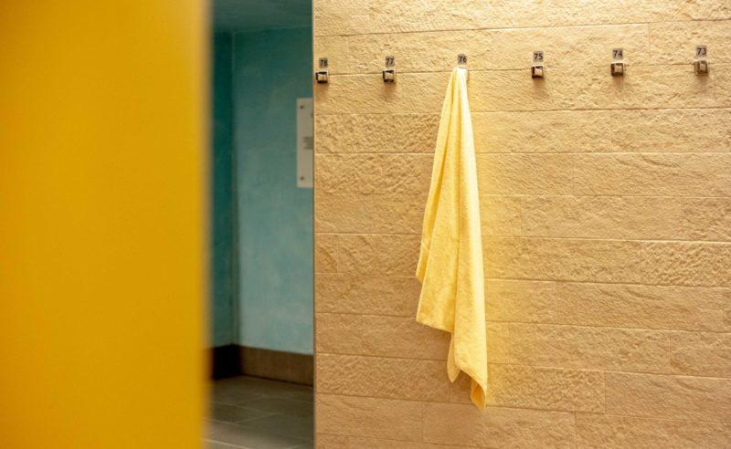 Gelbes Handtuch hängt am Haken vor dem Eingang zum Sauna Bereich der Fontane Therme in Brandenburg