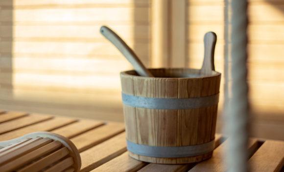 Holzkübel in einer Sauna der Therme in Brandenburg