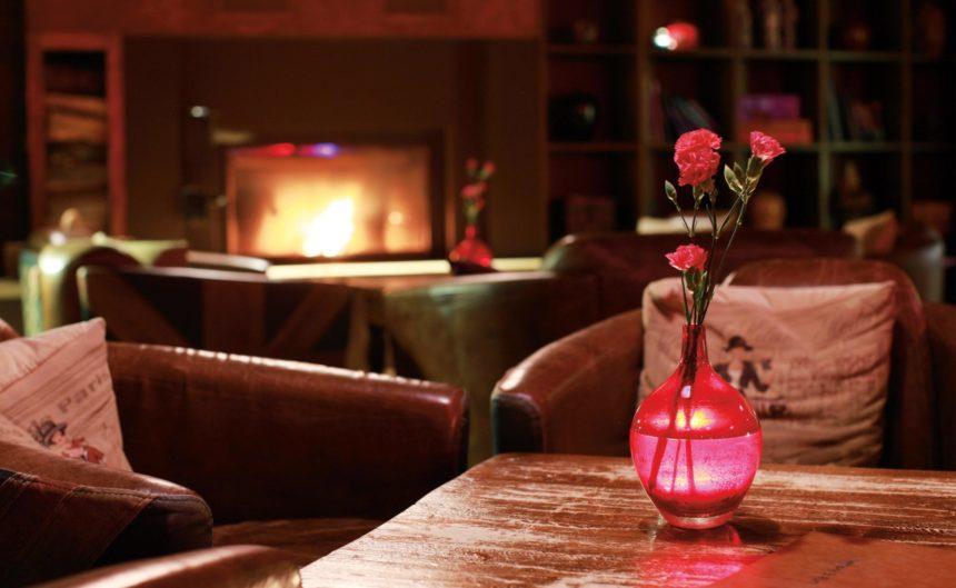 Sitzbereich der Kaminbar im Resort Mark Brandenburg