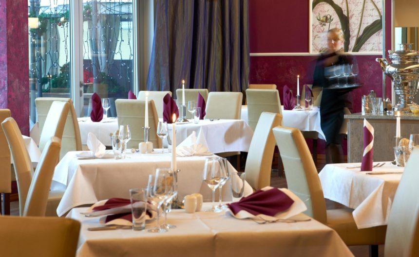 Nahaufnahme eines gedeckten Tisches im Restaurants Parzival