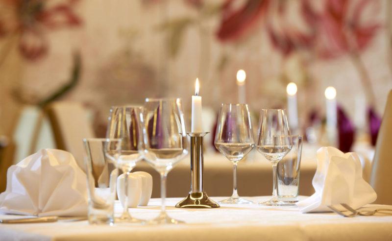 Eingedeckter Tisch im Restaurant Parzival des Resorts Mark Brandenburg
