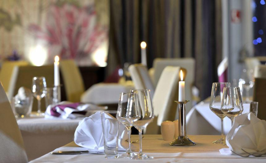Romantisch gedeckter Tisch mit Kerzenlicht im Resort Mark Brandenburg