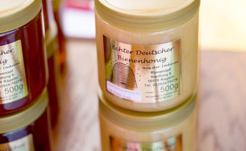 Abgefüllter Honig in Gläsern aus der Region Neuruppin