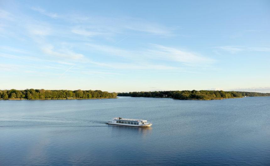 Ein Schiff fährt über den See in Neuruppin