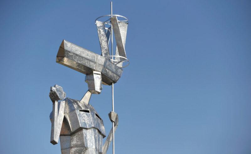 Aus Blech geschaffene Figur eines Künstlers in der Region Neuruppin