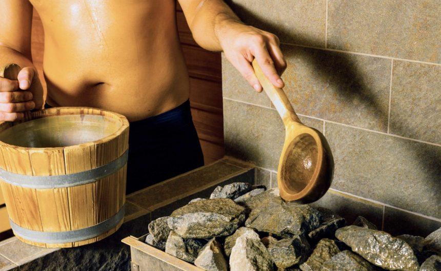 Mann macht einen Aufguss in der Sauna der Therme Brandenburg