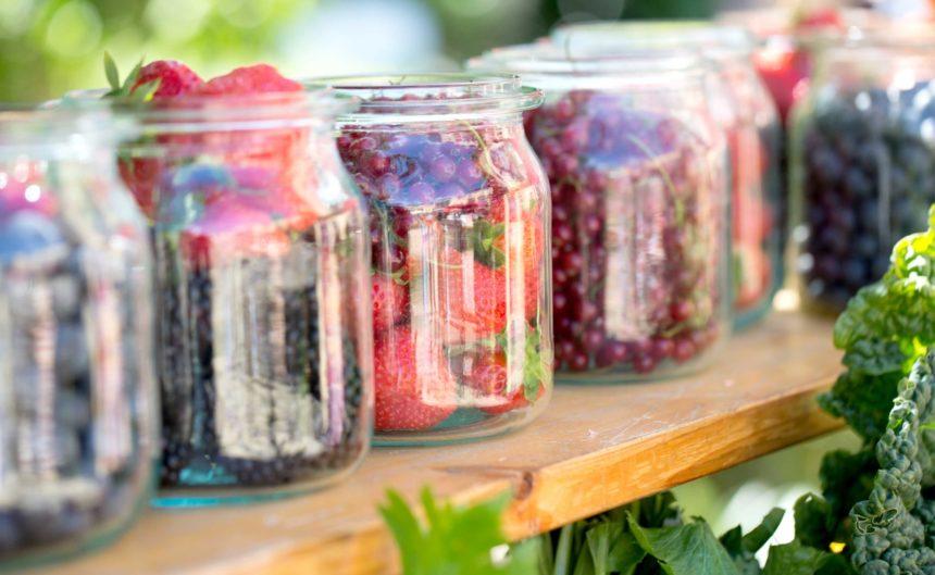 Frische Früchte in großen Gläsern beim Sommerfest des Hotel Neuruppin
