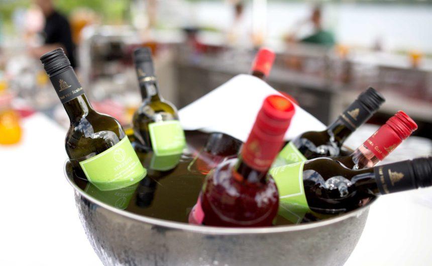 Viele Weinflaschen in einer Schale mit kalten Eiswürfeln beim Sommerfest des Hotel Neuruppin