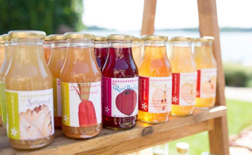 Kleine Flaschen mit frisch gepressten Saft beim Sommerfest des Hotel Neuruppin