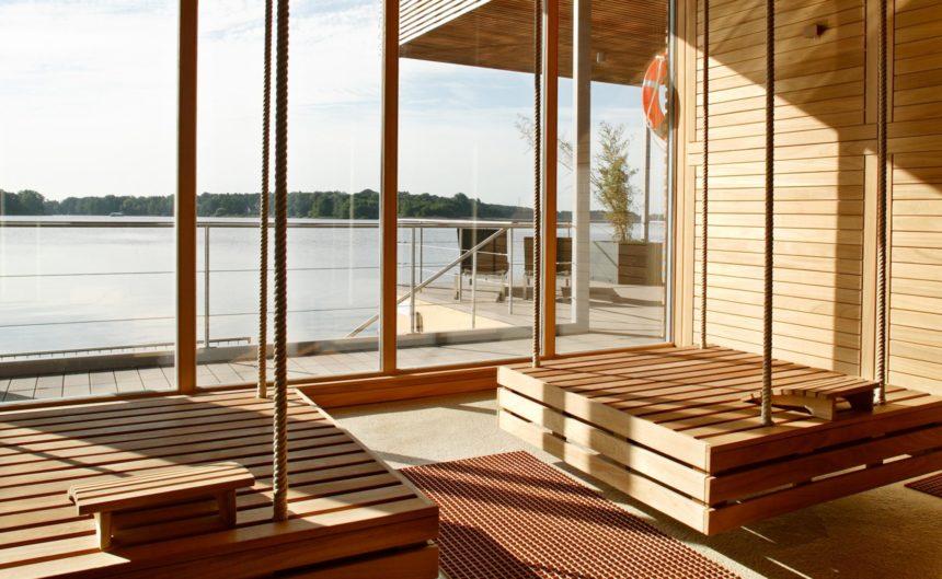 Schwingende Holzschaukeln mit Panoramablick über den Ruppiner See in Brandenburg