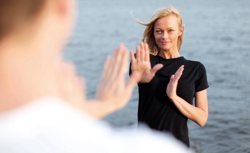 Frau und Mann beim Fitnesstraining am See