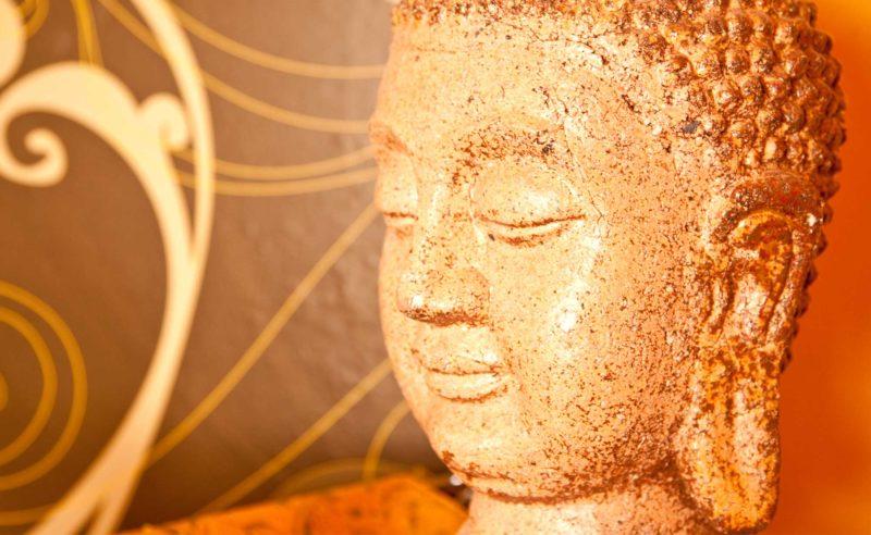 Buddha Figur aus Stein in der Fontane Therme