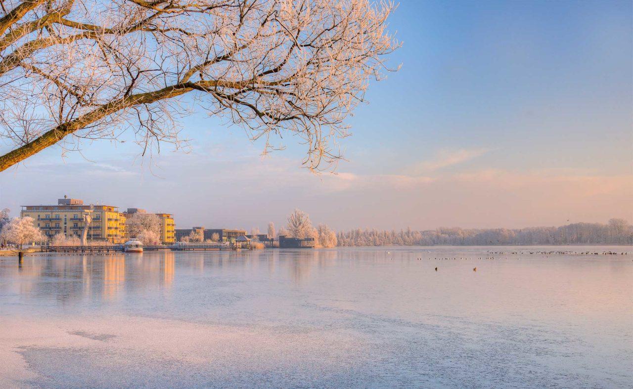 Außenansicht des Resort Mark Brandenburg im Winter