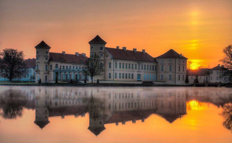 Altes Gebäude der Stadt Neuruppin am See der Stadt