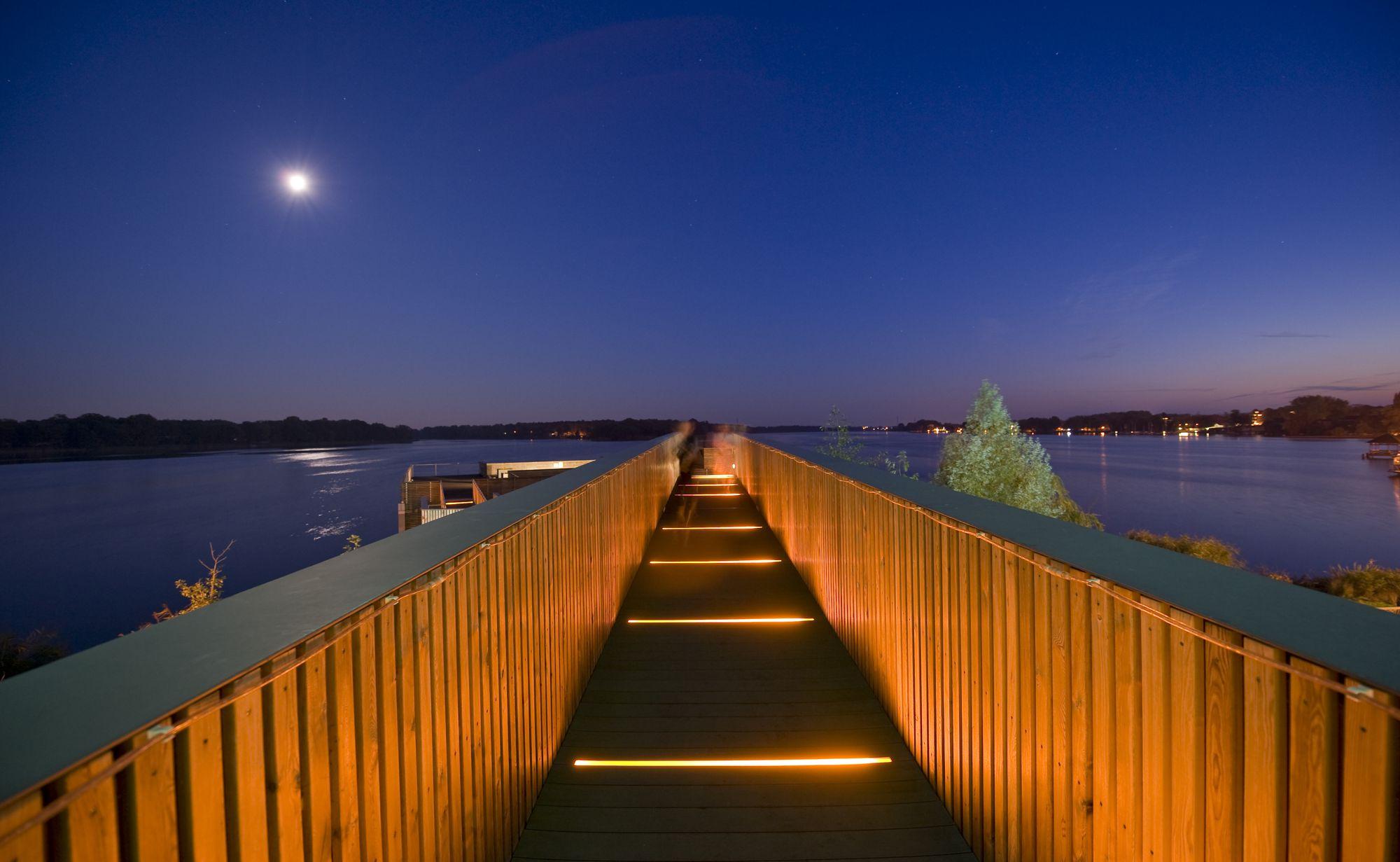 Lange Holzbrücke hinaus auf den See bzw. zur See Sauna der Therme Brandenburg