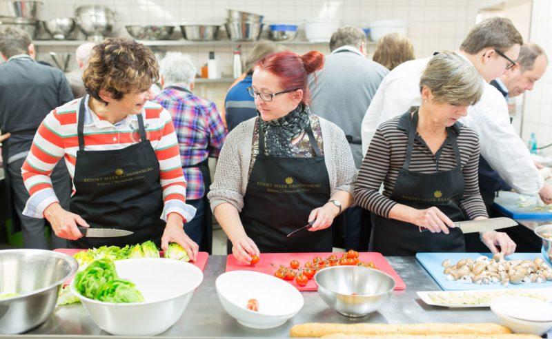 Drei Frauen schneiden Gemüse in der Küche des Resorts Mark Brandenburg