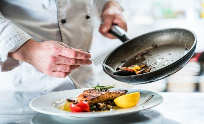 Nahaufnahme der Anrichtung eines Gerichts in der Küche des Resorts Mark Brandenburg