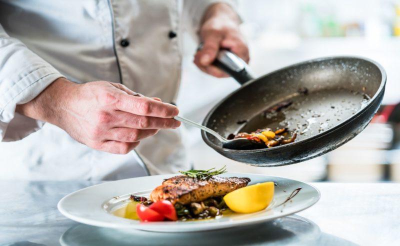 Frisch gebratenes Gemüse angerichtet auf einem Teller mit Putenmedaillon