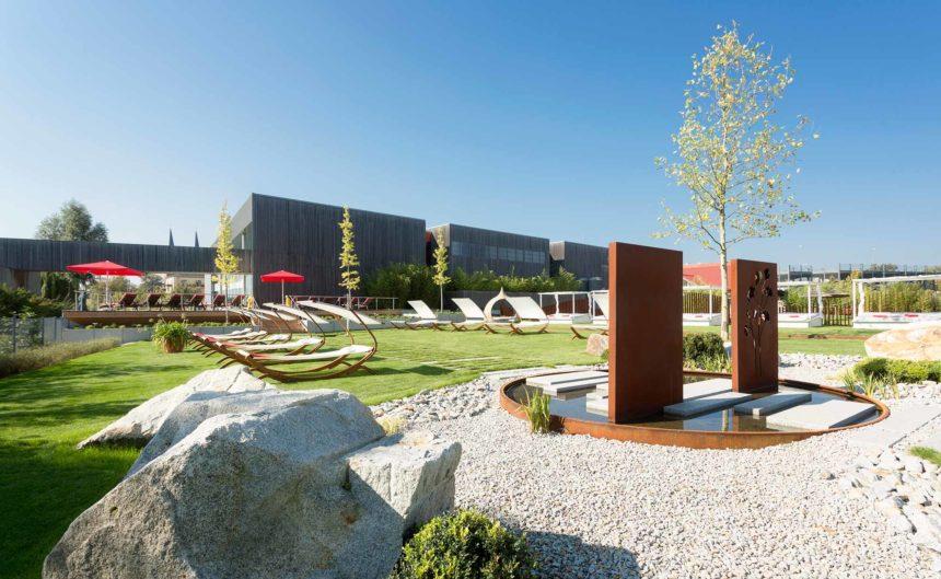 Gesamtaufnahme der Sommerwiese des Resort Mark Brandenburg