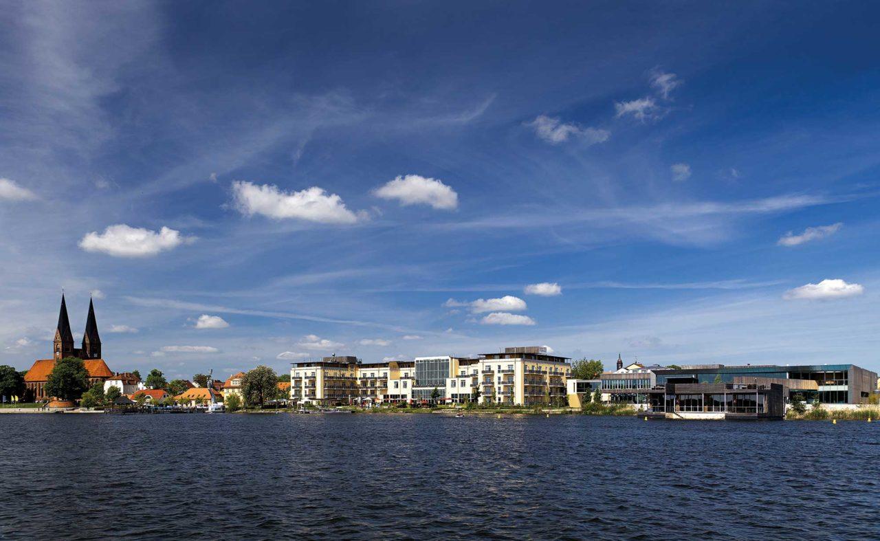 Blick vom See auf das Hotel