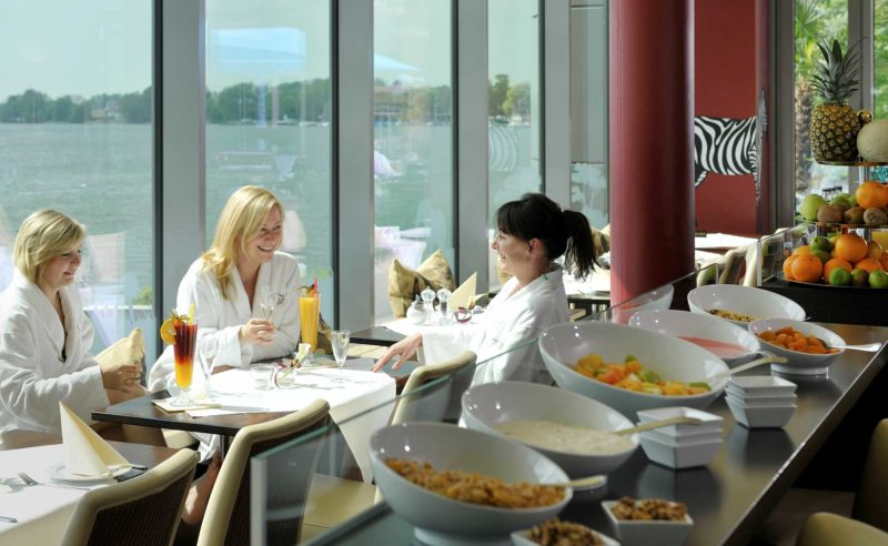 Damen neben dem Frühstücksbuffet im Bistro Seeblick der Therme Neuruppin