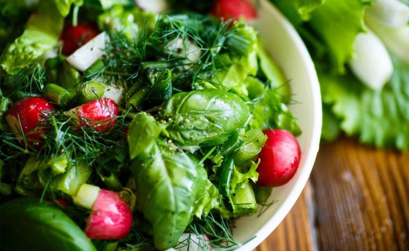 Frischer Salat mit Radieschen im Bistro Seeblick