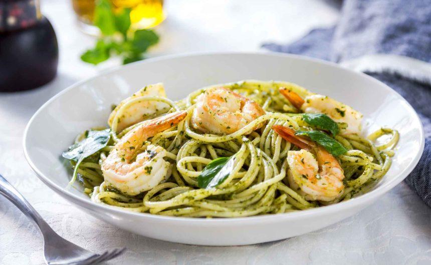 Spaghetti mit Basilikum und frischen Garnelen im Bistro Seeblick