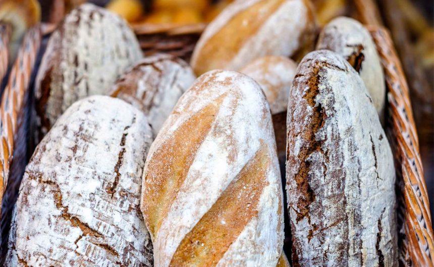 Frisch gebackenes Brot in einem Korb