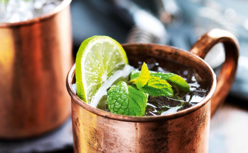 Cocktail mit Limetten und Minze in der Kaminbar des Resorts Mark Brandenburg