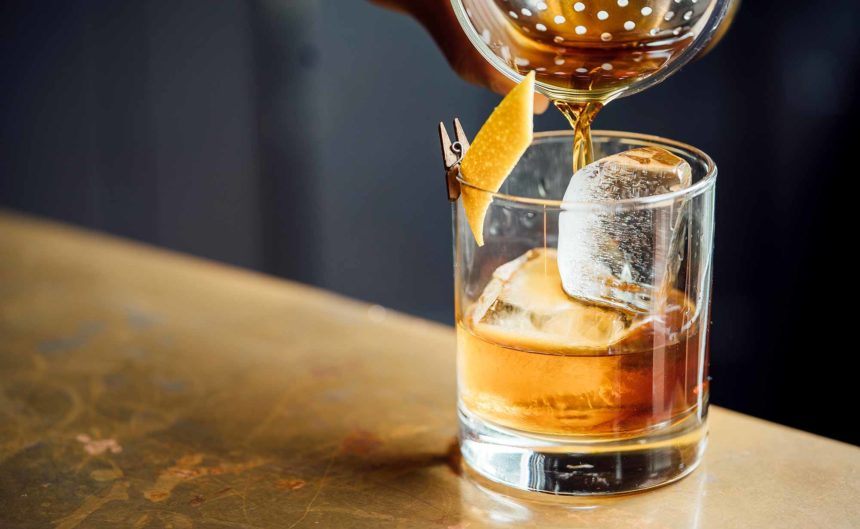 Ein Whisky in der Kaminbar des Resorts Mark Brandenburg