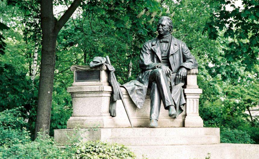 Eine Statue von Theodor Fontane in Neuruppin