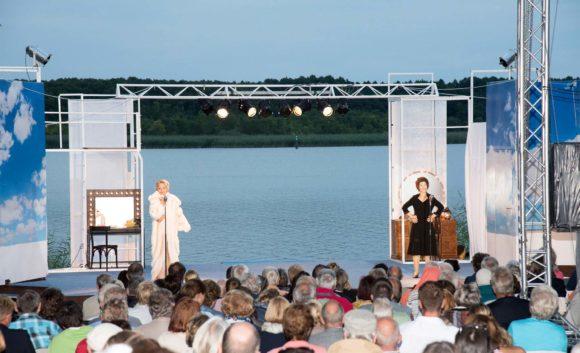Frauen singen auf einer Bühne während einer Veranstaltung