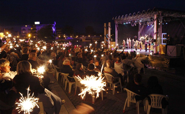 Abendliche Open Air Veranstaltung mit zahlreichen Zuschauern beim Seefestival in Neuruppin