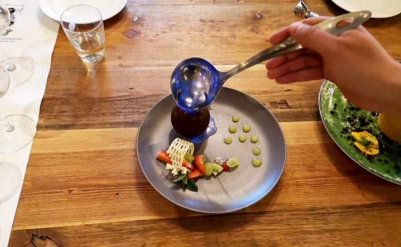 Teller mit süßer Nachspeise beim Anrichten